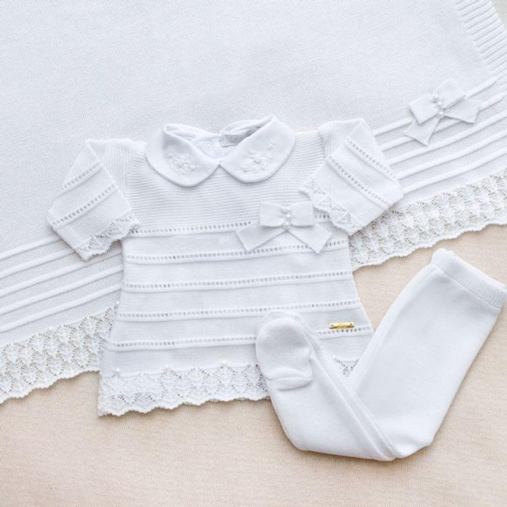 Saída de Maternidade Tricot Renda e Laço Branco - 3 peças ambientada